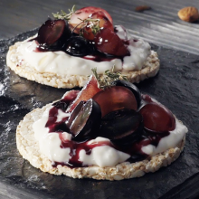 Rice cake with Greek yogurt Cream with almonds and grapes with red wine
